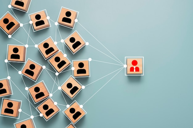Drewniana Kostka Blokowa Ikona Osoby Na Ekranie Drukowania, Która łączy Sieć Połączeń Dla Organizacji. Premium Zdjęcia