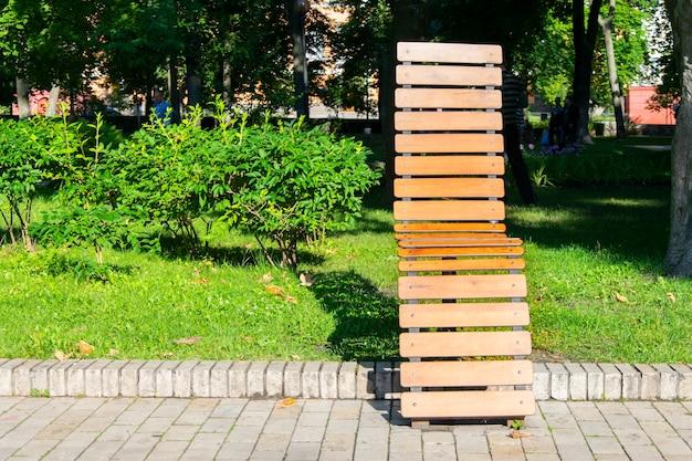 Drewniana ławka W Parku Miejskim. Premium Zdjęcia