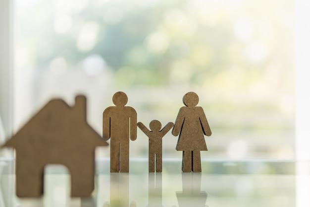 Drewniana Mężczyzna Kobieta I Dziecko Ikona Z Domową Ikoną Na Stole Z Kopii Przestrzenią. Premium Zdjęcia