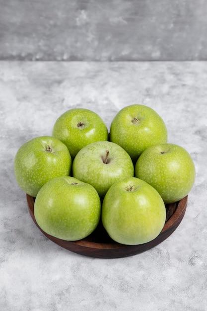 Drewniana Miska świeżych Zielonych Jabłek Słodkich Na Kamieniu Darmowe Zdjęcia