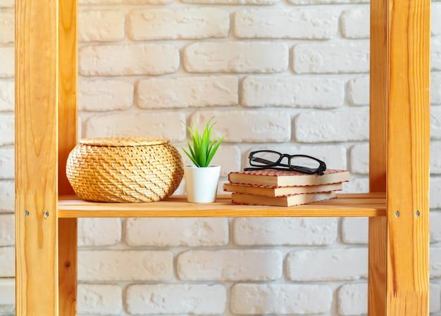Drewniana półka na regały z elementami wystroju domu Premium Zdjęcia