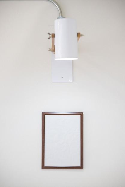 Drewniana rama na białej ścianie Premium Zdjęcia