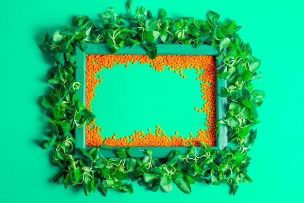 Drewniana Rama Z Sałatką Kukurydzianą I Soczewicą Pomarańczową Premium Zdjęcia