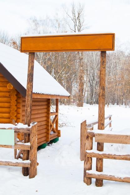 Drewniana Tablica I Ogrodzenie W Zimie Premium Zdjęcia