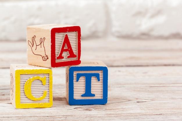 Drewniana zabawka klocki z tekstem: cat Premium Zdjęcia