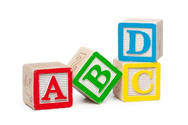 Drewniane alfabet bloki na białym tle Premium Zdjęcia