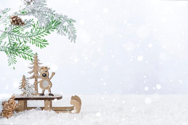 Drewniane Boże Narodzenie Jelenie Z Jodły Na śniegu. Koncepcja Bożego Narodzenia Lub Nowego Roku Premium Zdjęcia
