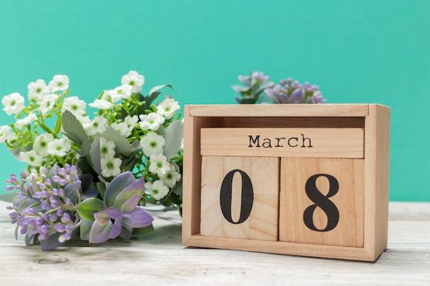 Drewniane klocki w pudełku z datą i kwiatami Premium Zdjęcia