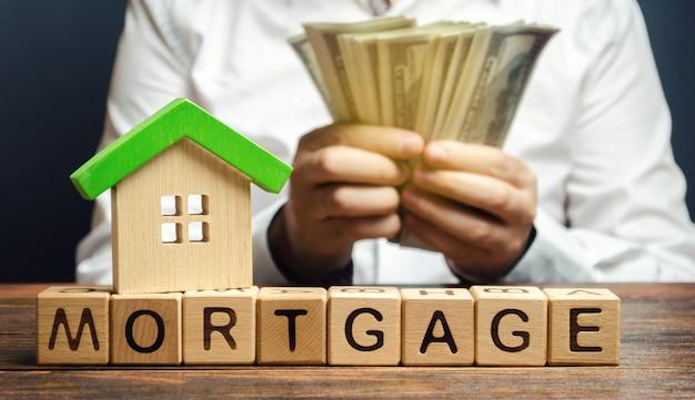 Drewniane klocki ze słowem hipoteka i pieniądze Premium Zdjęcia