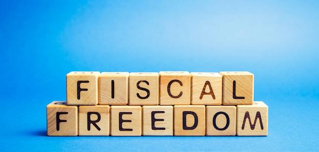 Drewniane klocki ze słowem wolność fiskalna. Premium Zdjęcia