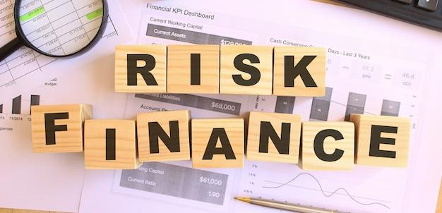 Drewniane Kostki Z Literami Na Stole. Tekst Risk Finance. Koncepcja Finansowa. Premium Zdjęcia