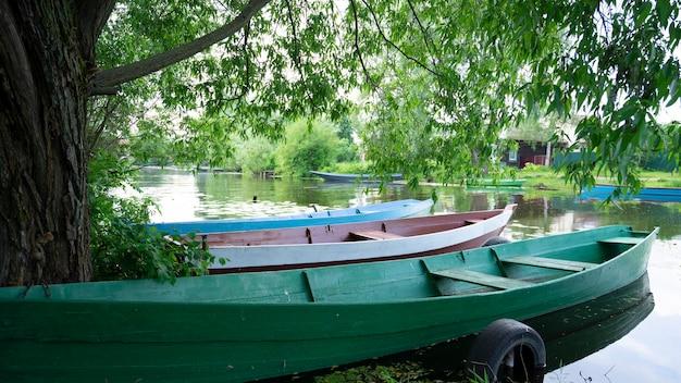 Drewniane łodzie Na Rzece Wśród Drzew. Pereslavl-zalessky, Złoty Pierścień Rosji. Premium Zdjęcia