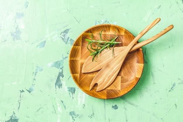 Drewniane łyżki Do Sałatki W Drewnianym Talerzu Premium Zdjęcia