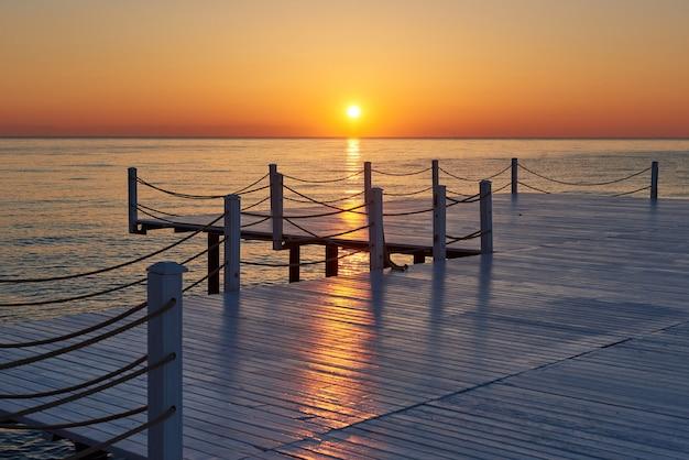 Drewniane Molo Na Fantazyjnym Pomarańczowym Zachodzie Słońca. Darmowe Zdjęcia