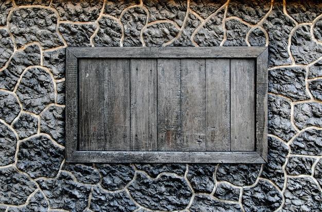 Drewniane Okno W ścianie Czarnego Kamienia. Premium Zdjęcia