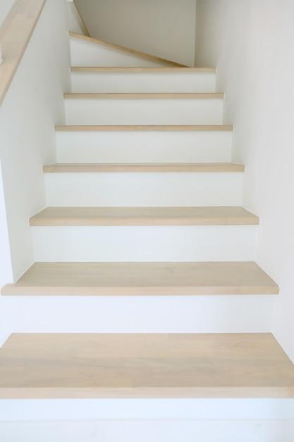 Drewniane Schody W Nowym Domu Premium Zdjęcia