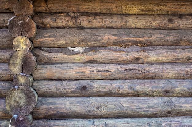 Drewniane Tła. Stara Drewniana ściana Nieociosany Dom Z Teksturą Premium Zdjęcia