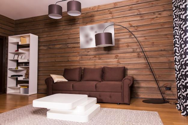 Drewniane Wnętrze Pokoju, Brązowa Kanapa I Stylowy Biały Stolik W Kształcie Schodów Premium Zdjęcia