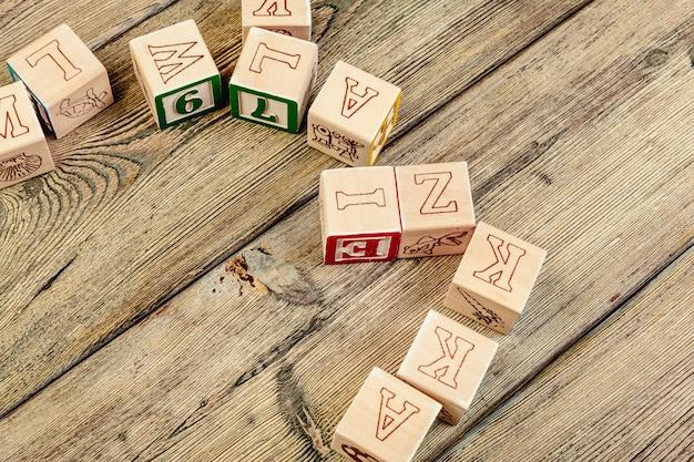 Drewniani Sześciany Z Listami Na Drewnianym Stole Premium Zdjęcia