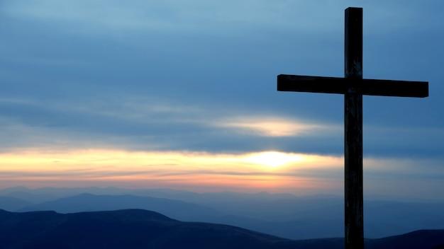 Drewniany Krzyż Na Wschód Słońca W Górach. Niesamowita Przyroda I Krajobrazy Premium Zdjęcia