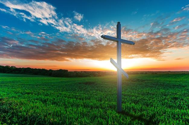 Drewniany Krzyż W Ranek Zieleni Polu. Koncepcja Chrześcijańska Premium Zdjęcia