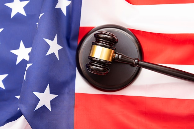 Drewniany Młotek Sędziowski Flaga Usa Jako Tło, Obraz Koncepcyjny Dotyczący Sprawiedliwości W Usa Premium Zdjęcia