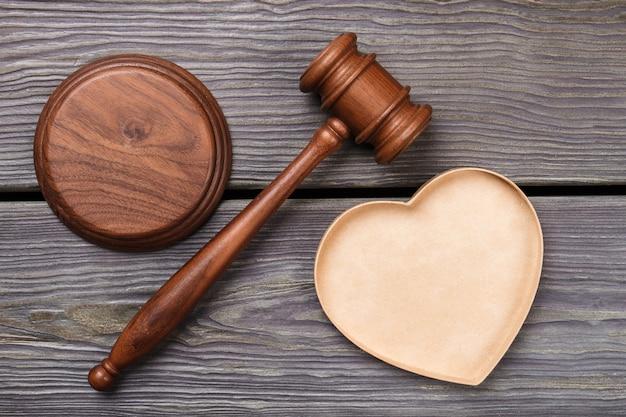 Drewniany Młotek Z Widokiem Z Góry. Pojęcie Umowy ślubu I Małżeństwa. Szare Tło Drewna. Premium Zdjęcia