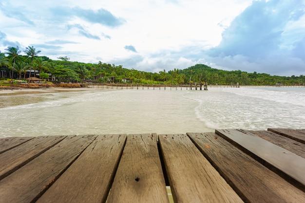 Drewniany most na plaży Premium Zdjęcia