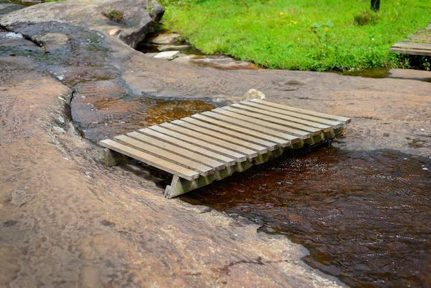 Drewniany most nad strumieniem Premium Zdjęcia