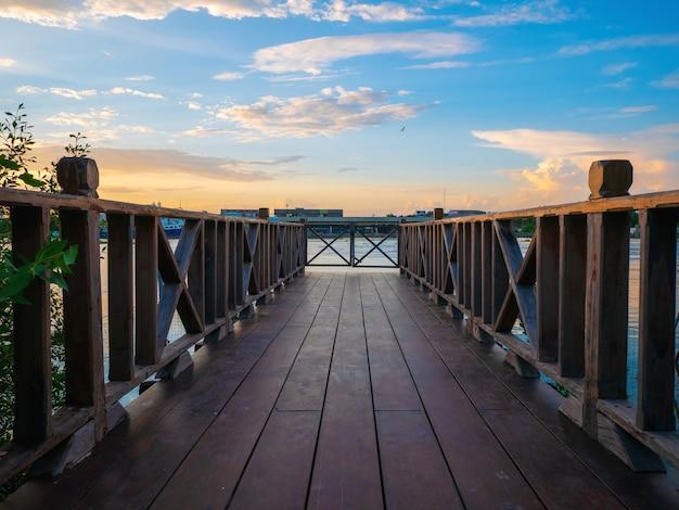 Drewniany Most Z Pięknym Niebem Premium Zdjęcia