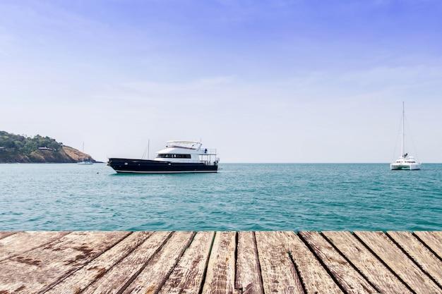 Drewniany przejście na morzu i niebieskim niebie z łodzią Premium Zdjęcia