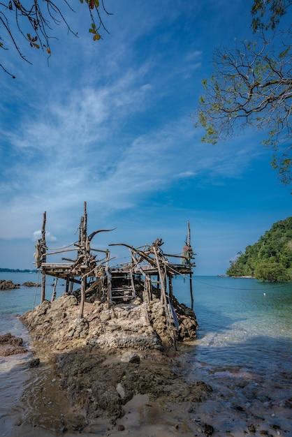Drewniany Punkt Widzenia Z Widokiem Na Morze Premium Zdjęcia