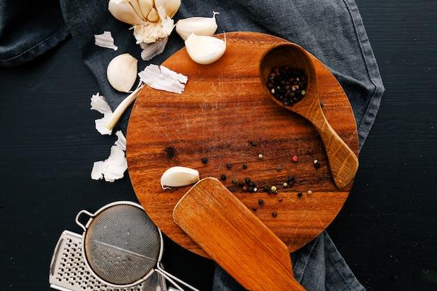 Drewniany Sprzęt Na Blacie Kuchennym Z Przyprawami Darmowe Zdjęcia