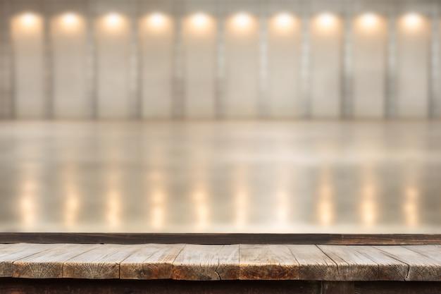 Drewniany stół przed dekoracyjnymi lampami do wnętrz. Premium Zdjęcia