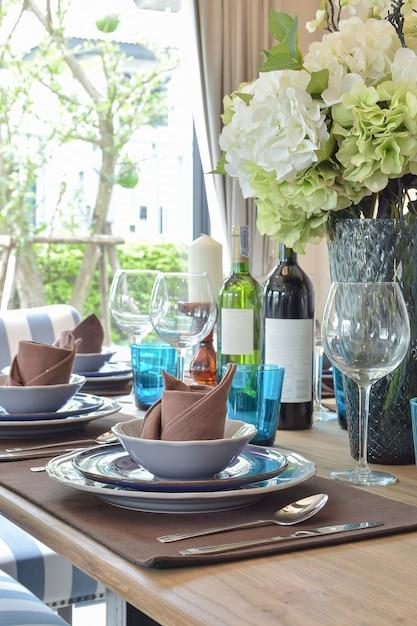 Drewniany Stół W Jadalni Z Elegancką Zastawą Stołową Premium Zdjęcia