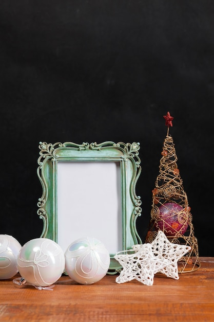 Drewniany Stół Z Dekoracjami świątecznymi Darmowe Zdjęcia