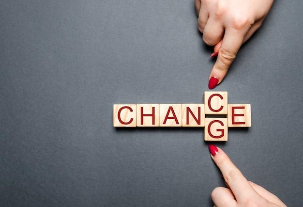 Drewniany sześcian z słowo zmianą szansa na drewno stole. Premium Zdjęcia