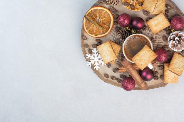 Drewniany Talerz Pełen Suszonych Owoców I Filiżankę Kawy Na Białym Tle. Wysokiej Jakości Zdjęcie Darmowe Zdjęcia