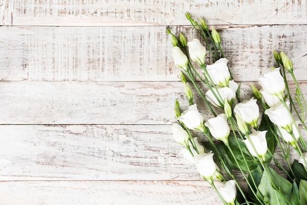 Drewniany tło z bukietem biali kwiaty Premium Zdjęcia