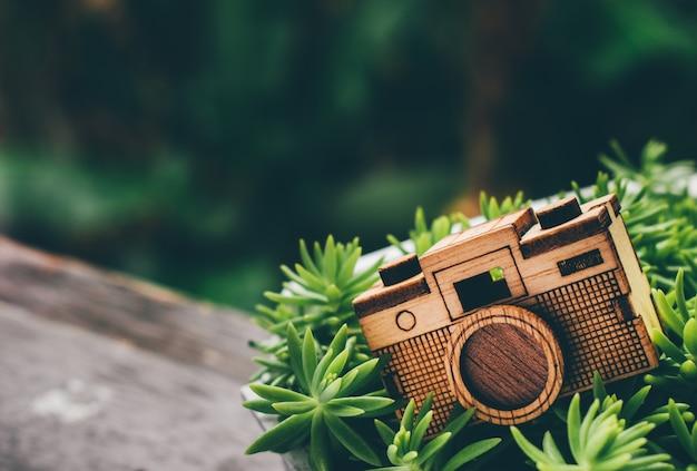 Drewno zabawkarska kamera na trawa zieleni gazonie Premium Zdjęcia