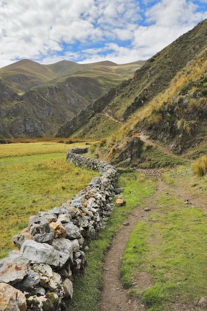 Droga Do Wioski Vilca Położonej Na Północ Od Huancaya. Premium Zdjęcia