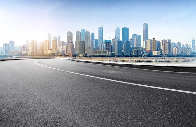 Droga ekspresowa i nowoczesne miasto znajdują się w chongqing w chinach. Premium Zdjęcia