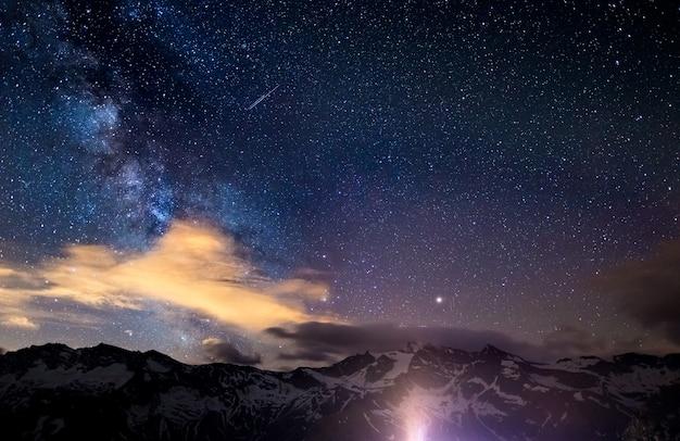 Droga mleczna i gwiaździste niebo uchwycone na dużych wysokościach latem we włoskich alpach Premium Zdjęcia