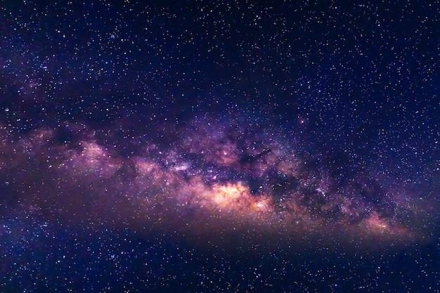 Droga mleczna i rozgwieżdżone niebo w tle. Premium Zdjęcia