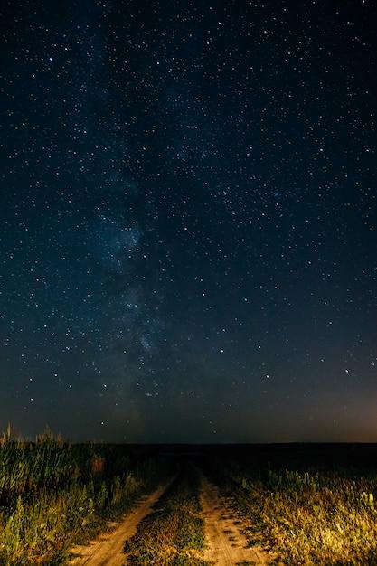 Droga Mleczna Na Rozgwieżdżonym Niebie Premium Zdjęcia