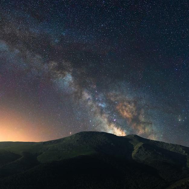 Droga Mleczna Nad Nocnym Krajobrazem W Górach Hiszpanii Premium Zdjęcia