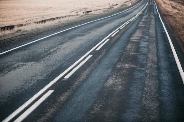 Droga po deszczu między polami. Premium Zdjęcia