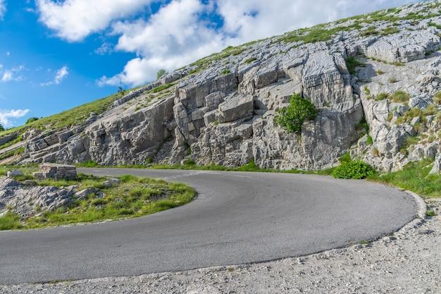 Droga Prowadząca Na Szczyt Góry Lovcen. Znajduje Się W Nim Mauzoleum Czarnogórskiego Władcy Negusha. Premium Zdjęcia