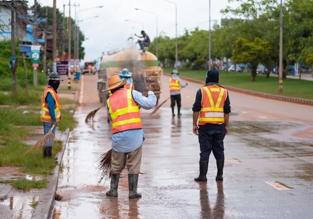 Drogowa Wymiatacza Pracownika Cleaning Miasta Ulica Z Miotły Narzędziem W Tajlandia Premium Zdjęcia