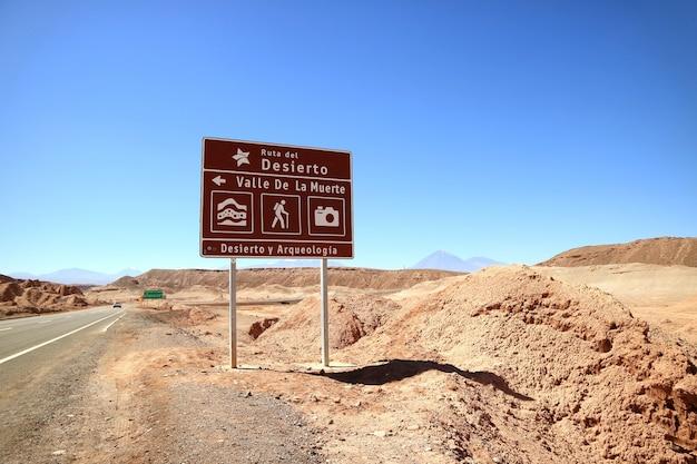 Drogowskaz W Języku Hiszpańskim Na Atacama Desert Road W Północnym Chile Premium Zdjęcia
